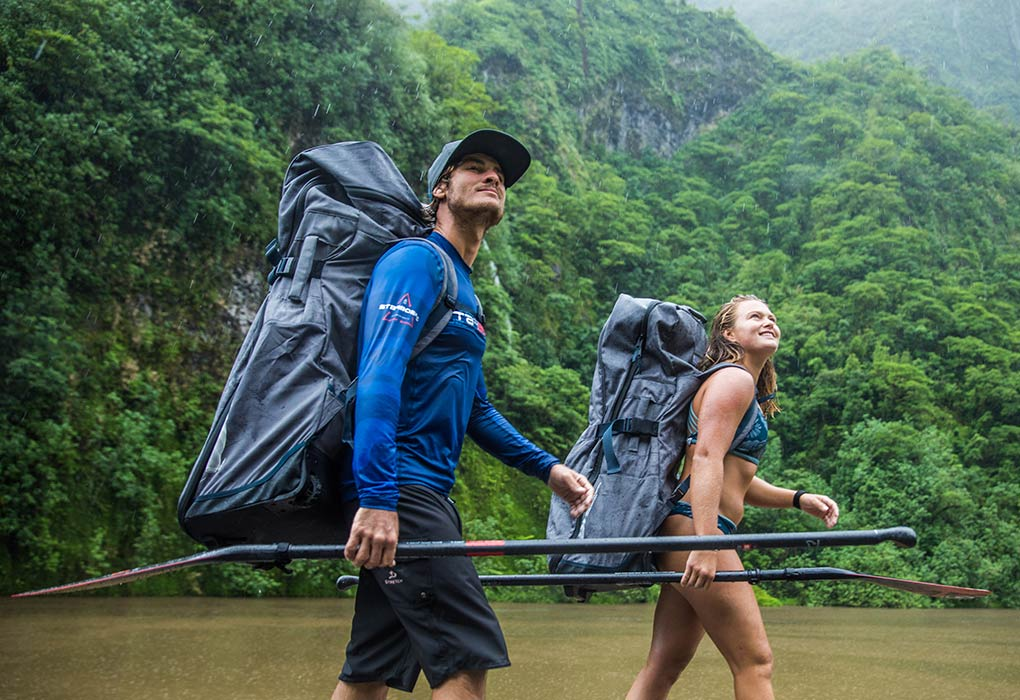 Zane Schweitzer und Fiona Wylde mit Starboard Inflatable Taschen und Paddle