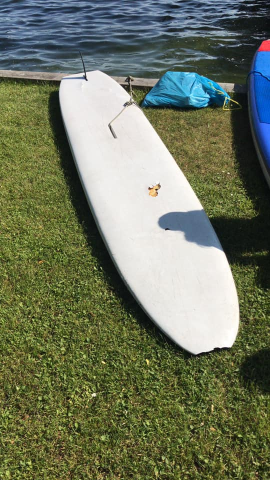 Ein altes Surfboard, gefunden beim SUP Clean Up am Starnberger See