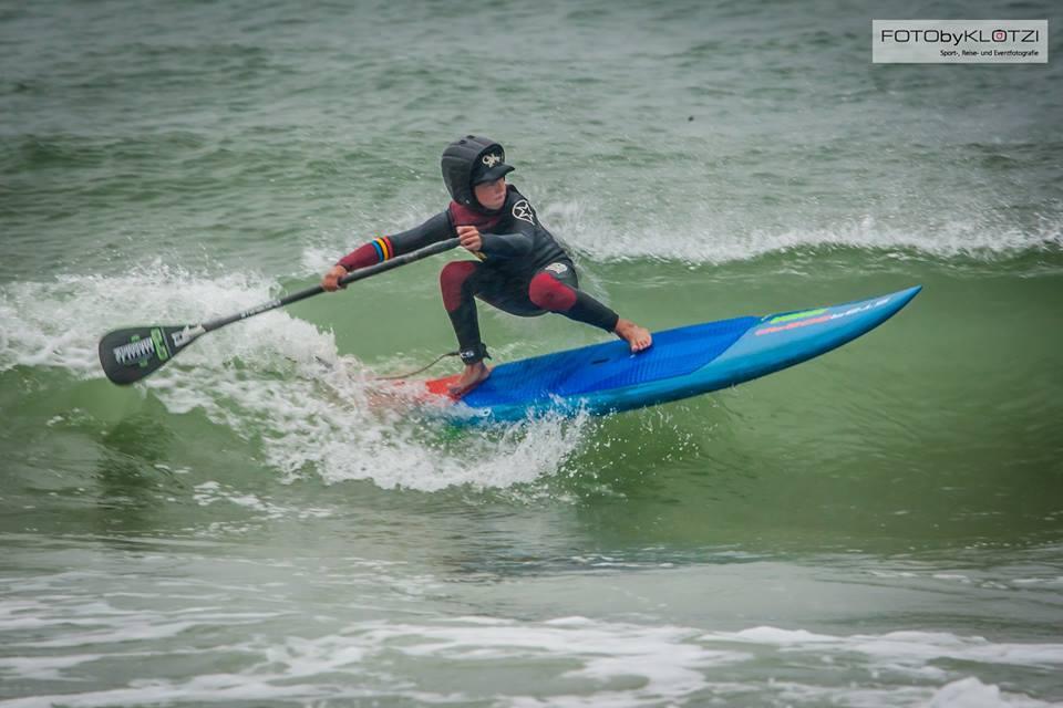 Toni Meier in der Welle mit seinem Starborad SUPkids Board